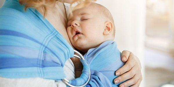 Śmiejące się dziecko w kolorowym ubranku w paski wykonanym z bawełny